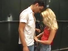 Blondje neukt in verlaten opslagplaats