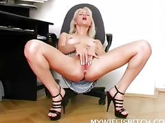 Wet blonde playing solo
